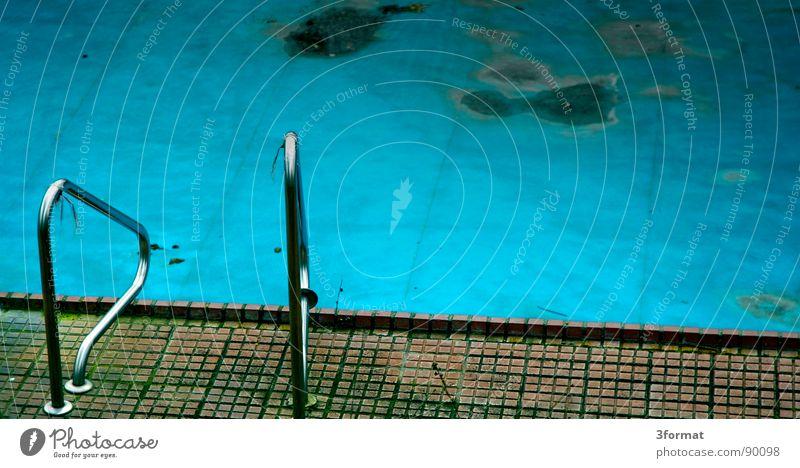 pool02 alt Sommer Einsamkeit kalt Herbst Spielen Traurigkeit träumen Angst Freizeit & Hobby leer trist Trauer Schwimmbad Bad verfallen