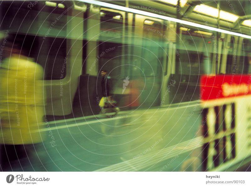 Saus und Braus Eile mehrfarbig Geschwindigkeit U-Bahn fahren Reflexion & Spiegelung unterirdisch Bahnhof Unschärfe Mann mit Tasche