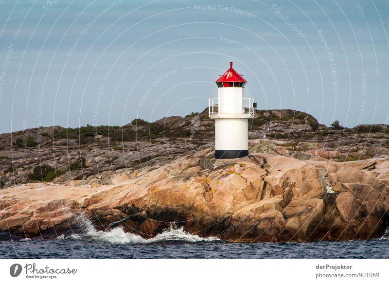 Leuchttürmchen in den Schären Natur alt blau weiß Sommer Meer rot Landschaft Umwelt Küste Felsen Wellen authentisch ästhetisch Schönes Wetter Urelemente