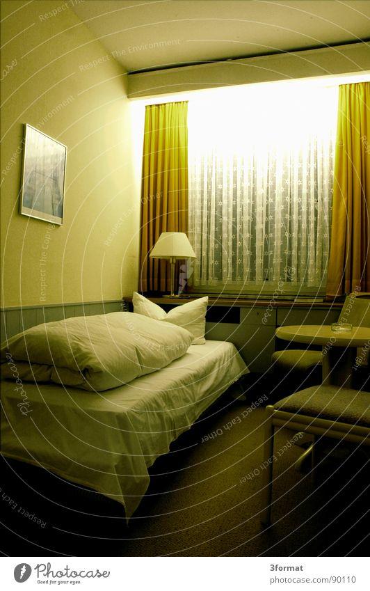 traurige nacht04 Hotel Nacht schlafen Hotelzimmer Bett Fenster Vorhang Raum Polster Möbel Bettwäsche Einsamkeit verloren Trauer Verzweiflung trist grau Trennung