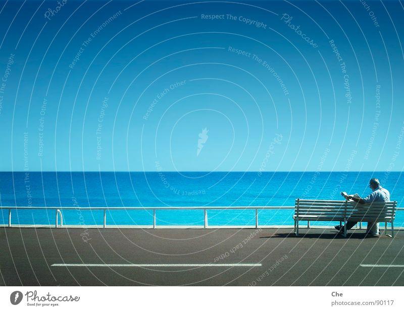 Mann mit Zeit (ung) Aussicht Meer See weiß Zaun Zeitung lesen Horizont Klarheit Unendlichkeit Ferne Erholung ruhig Frieden zeitlos Sommer