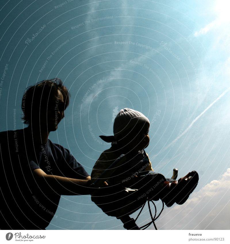 go baby go! Mensch Mann Himmel blau Sommer Freude Familie & Verwandtschaft Zufriedenheit Baby Zusammensein Vertrauen Vater fahren Eltern Fahrradfahren Vatertag