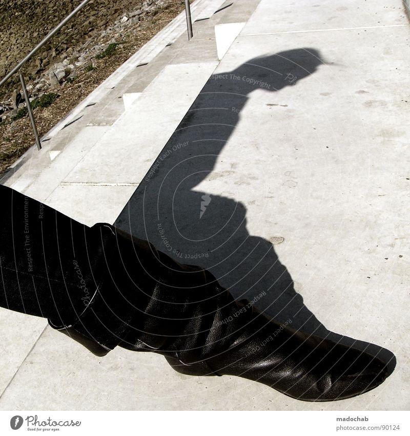 TANZ MIT MIR DEN TECHNO Frau Mensch Sonne Sommer Schuhe warten Beton Treppe stehen Körperhaltung obskur Stiefel Leder Lack