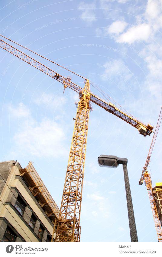 Hebevor - 'Kran' - richtung Hebevorrichtung Kranfahrer Baustelle Maschine Wolken Laterne Umbauen Gebäude Haus Führerhaus Neubau planen Bürogebäude heben senken
