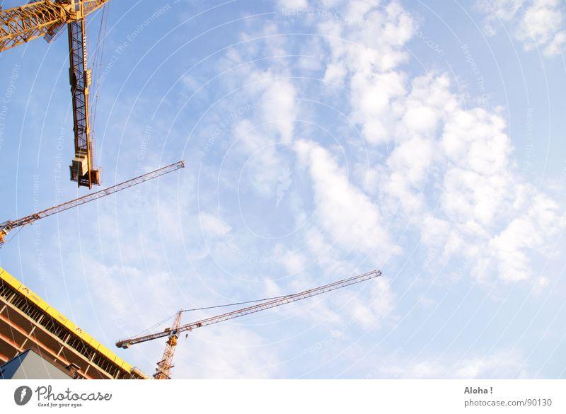 richtungsweisende Baustelle Kran Hebevorrichtung Kranfahrer Maschine Wolken Umbauen Gebäude Haus Führerhaus Neubau planen Bürogebäude heben senken Bauarbeiter