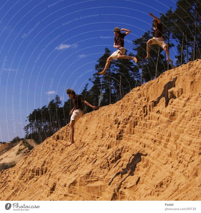 Stunt im Sand Himmel schön Sommer Strand Freude Erholung Ferne Spielen Sand springen Freundschaft Angst fliegen Freizeit & Hobby groß hoch
