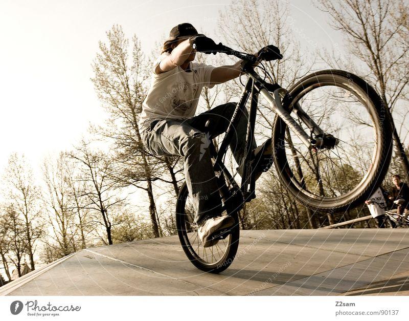 bike_manual III springen fahren Fahrrad Mountainbike Aktion Sport Stil Jugendliche Physik Sommer Baum Sportpark Park Vergnügungspark Einradfahren Zufriedenheit