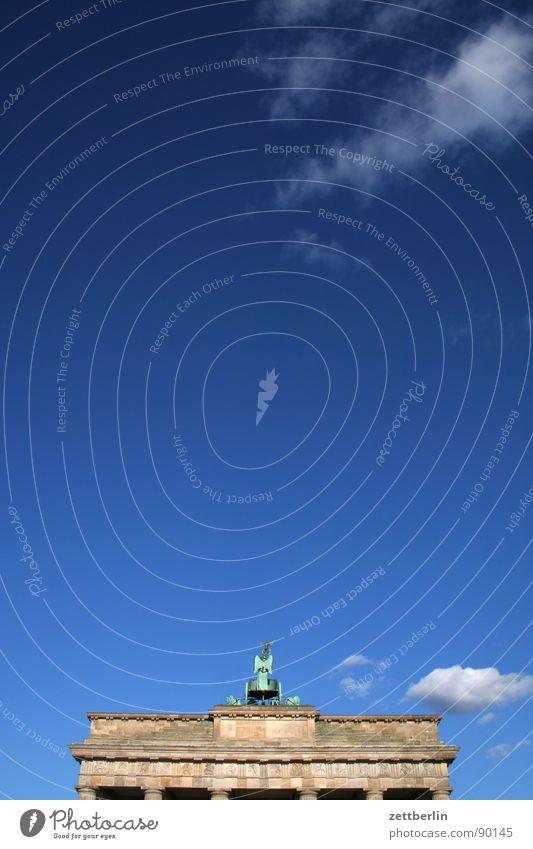 Brandenburger Tor Ausflug Tourismus Marketing Klassizismus Wahrzeichen Pariser Platz Symbole & Metaphern Mauer Rückansicht himmelblau Wolken Denkmal Berlin