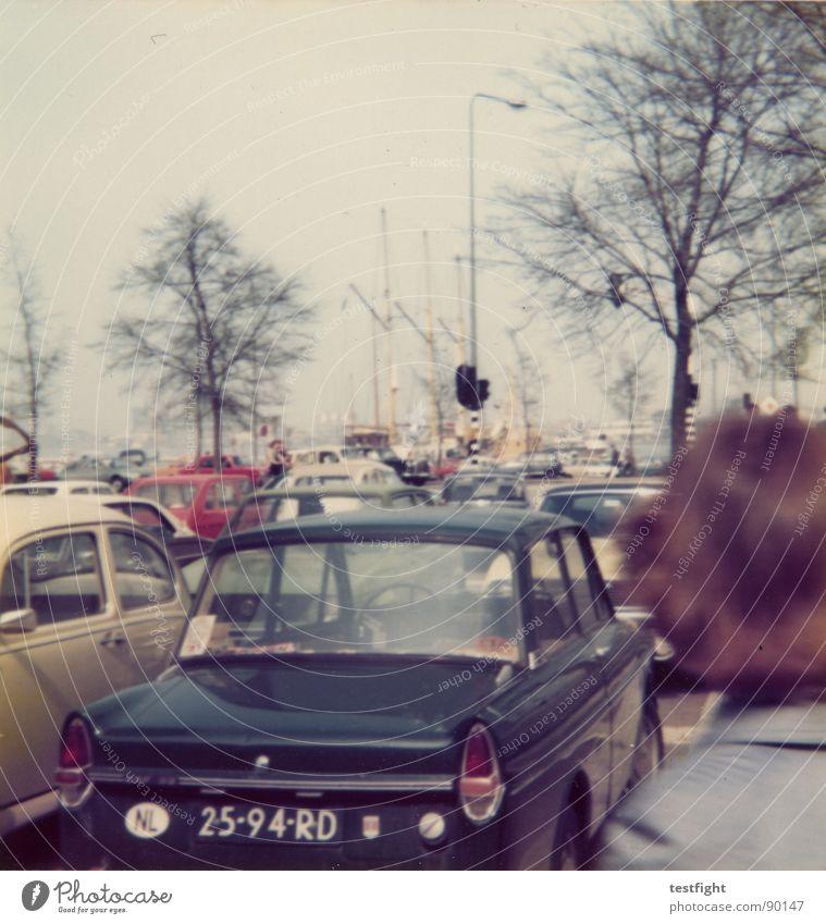 parkplatz alt Sommer Ferien & Urlaub & Reisen PKW retro trashig Verkehrswege Siebziger Jahre früher Oldtimer Niederlande Mittelformat zerkratzen verschlissen