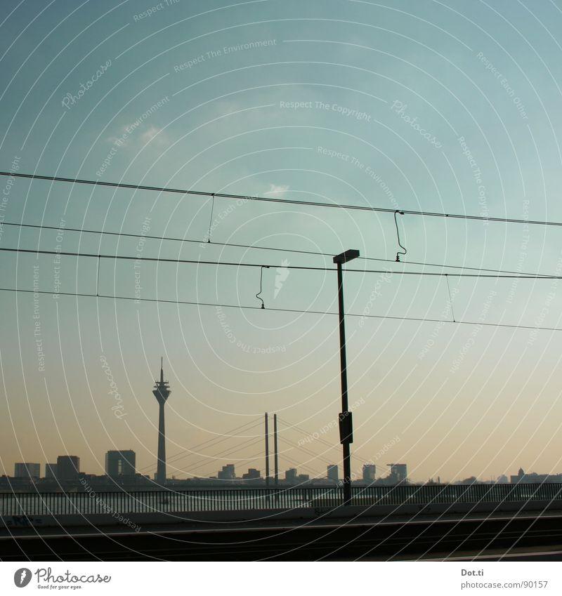 und ewig rauscht der Rhein Sightseeing Städtereise Wasser Himmel Fluss Stadt Skyline Menschenleer Hafen Brücke Turm Gebäude Architektur Wahrzeichen Straße