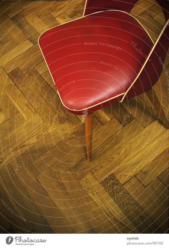 Hölzerner Stuhlgang alt Holz frei leer retro Bodenbelag Möbel Leder Flur Sitzgelegenheit Parkett Kissen Stuhllehne Fünfziger Jahre Zickzack