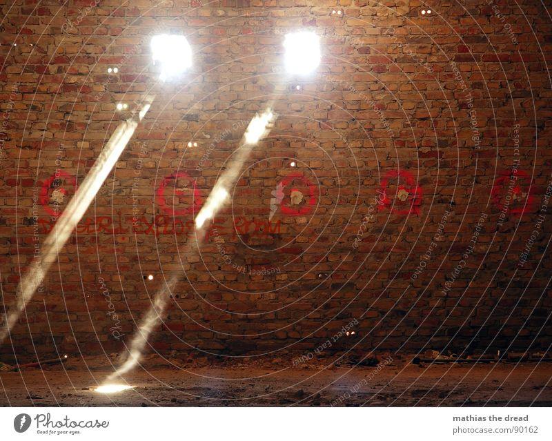 Licht rot dunkel Wand Mauer Wärme hell 2 Raum dreckig Schilder & Markierungen verrückt verfallen Backstein Strahlung Loch Staub