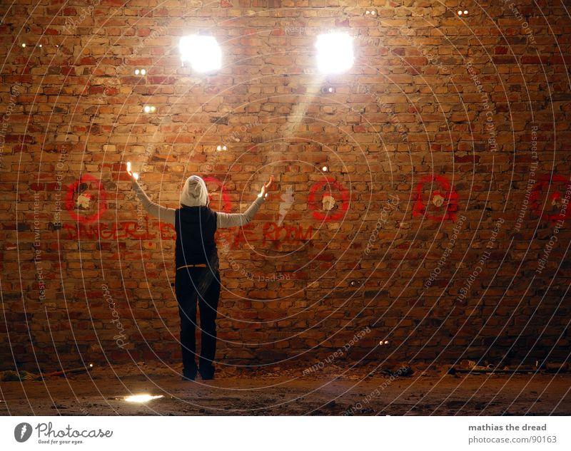 erleuchtung Licht Sonnenlicht Strahlung Sonnenstrahlen dunkel Mauer Wand Loch 2 Staub staubig Backstein rot dreckig Raum Erkenntnis Beleuchtung Frau berühren