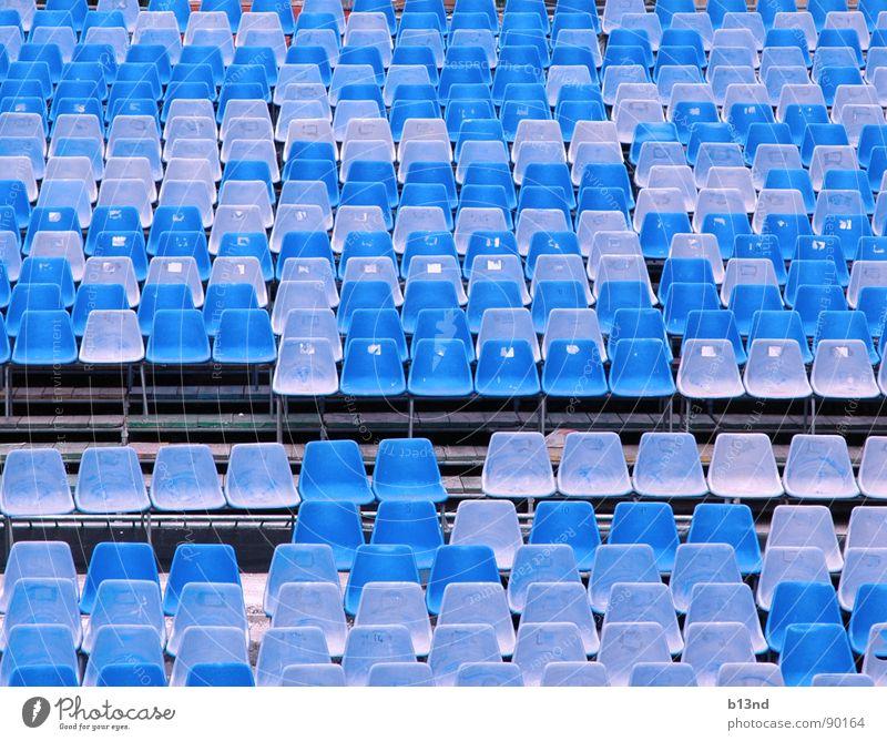 Platzanweiser gesucht himmelblau hell-blau Blauton Sitzgelegenheit Sitzreihe Block Stuhl ausgebleicht Bühne Show Kultur Freilichttheater Open Air Konzert