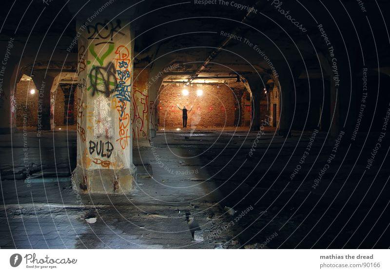 eine weiter erleuchtung! Mensch alt schön rot Einsamkeit dunkel Wand Wärme Mauer 2 hell Beleuchtung Raum Zufriedenheit dreckig Schilder & Markierungen