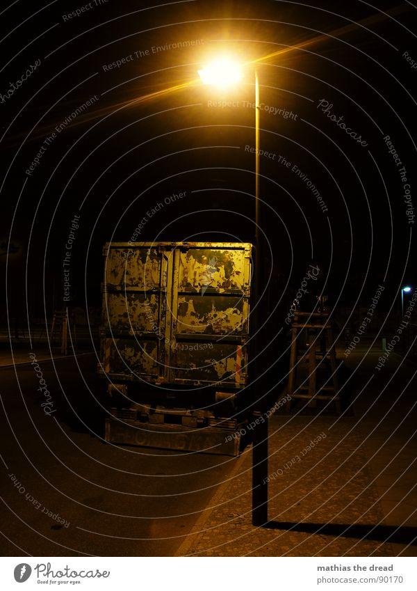 verlassen Laterne Licht Kunstlicht Straßenbeleuchtung Bürgersteig Asphalt Nacht dunkel leer Menschenleer Lastwagen Verkehrswege Wege & Pfade Einsamkeit Tod