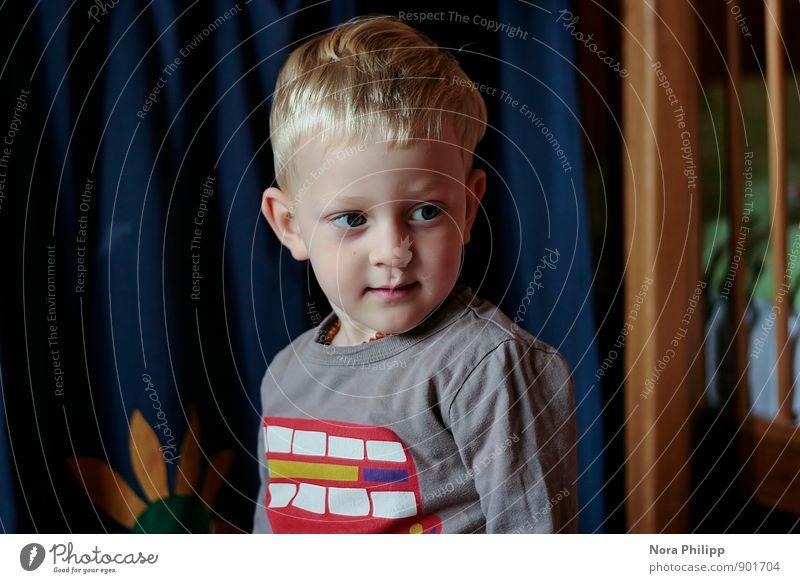 Where is my truck crane? Mensch Kind Gesicht Spielen Kopf maskulin Freizeit & Hobby Häusliches Leben Körper blond Kindheit beobachten niedlich Neugier T-Shirt