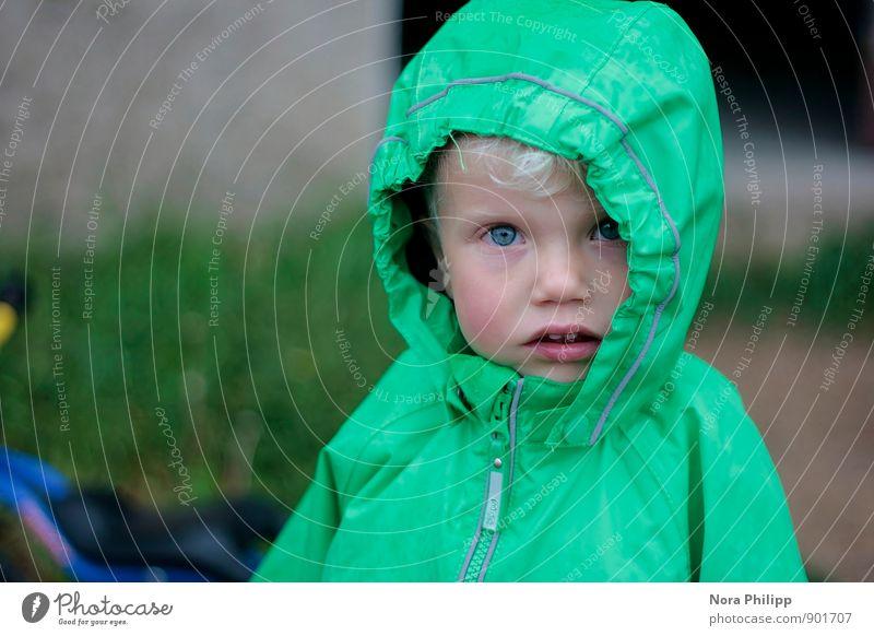 Regenwetter Mensch Kind Ferien & Urlaub & Reisen Gesicht Leben Herbst Kopf maskulin Wetter blond Kindheit Bekleidung beobachten niedlich Neugier