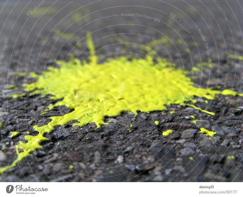 gelber klecks Fleck grau schwarz Makroaufnahme Nahaufnahme Bodenbelag Straße Farbe streichen
