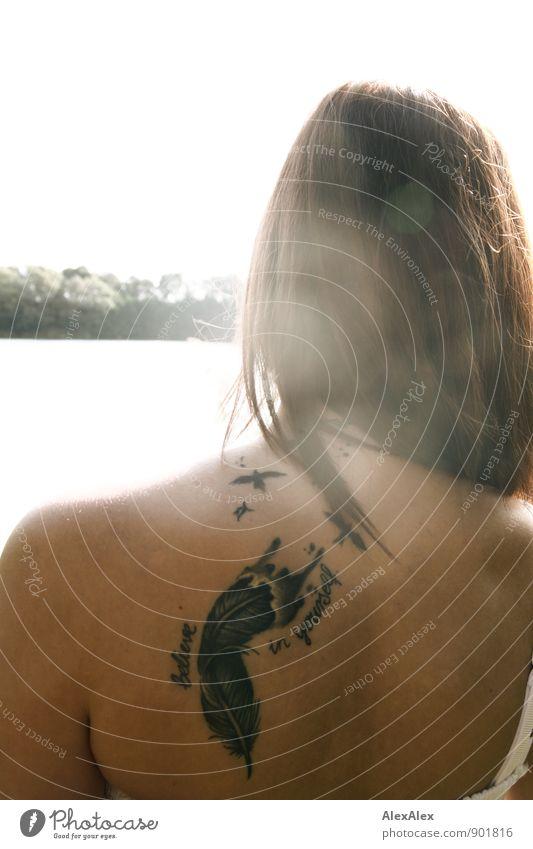 Ansporn! Jugendliche schön Junge Frau 18-30 Jahre Erwachsene Stil Schwimmen & Baden Glück Vogel Lifestyle frei stehen Rücken ästhetisch Feder Seeufer