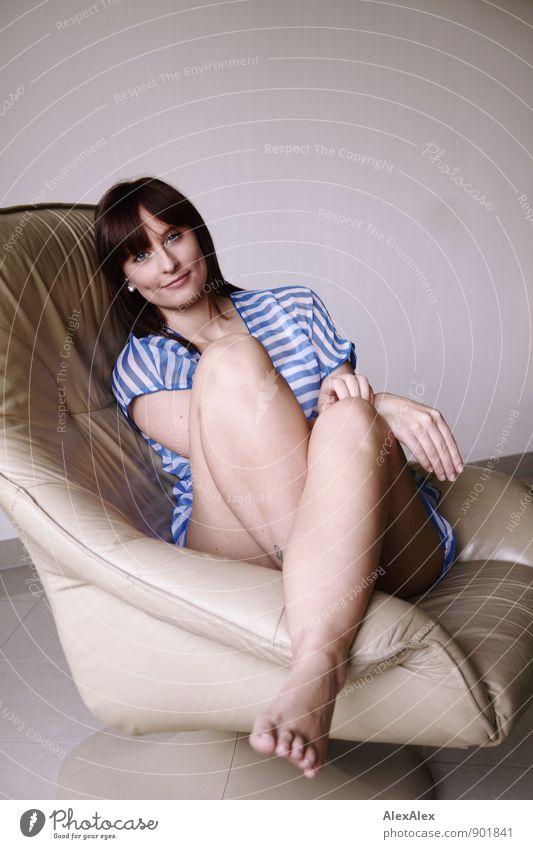 Du zuerst! Raum Sessel Junge Frau Jugendliche Beine Fuß Grübchen 18-30 Jahre Erwachsene Tunika Streifen Barfuß rothaarig langhaarig beobachten Kommunizieren