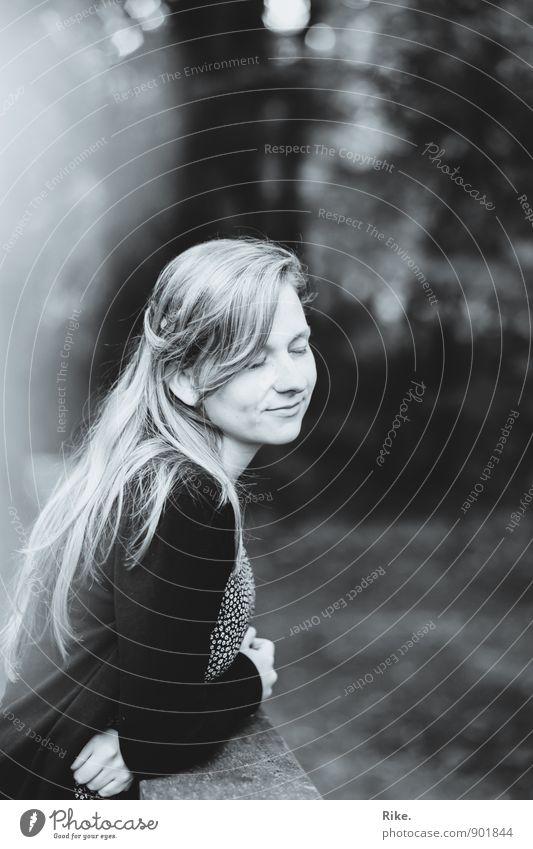 Tagträumerin. Mensch feminin Junge Frau Jugendliche Erwachsene Gesicht 1 13-18 Jahre Kind 18-30 Jahre Haare & Frisuren blond langhaarig Denken Erholung Lächeln