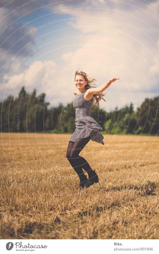 Freiheitssinn. Lifestyle Leben Mensch feminin Junge Frau Jugendliche Erwachsene Körper 1 13-18 Jahre Kind 18-30 Jahre Umwelt Natur Sommer Feld Kleid blond