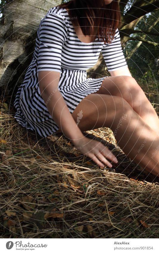 bin schon fast weg - Testbild ohne Fernseher Natur Jugendliche schön Junge Frau Hand Freude 18-30 Jahre Wald Erwachsene Bewegung feminin Gras natürlich Beine