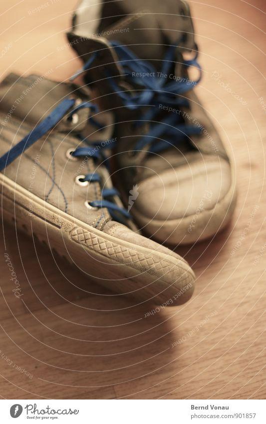ausgedient Kindheit Fuß Bekleidung Leder Schuhe Holz klein blau braun gelb grau Schuhbänder Bodenbelag Schuhsohle dreckig alt Farbfoto Innenaufnahme