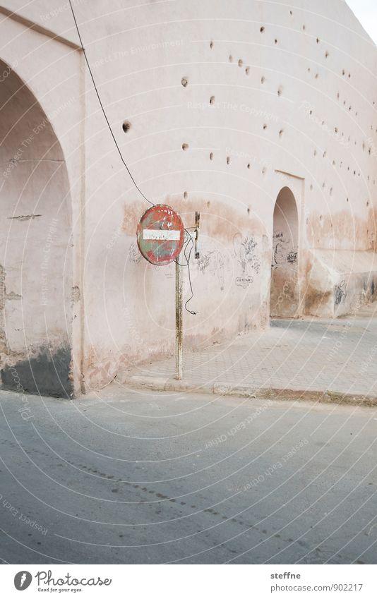 Du kommst hier ned rein. Verkehr Straße Verkehrszeichen Verkehrsschild Schilder & Markierungen Stadt ruhig Einbahnstraße Marrakesch Marokko Stadtmauer