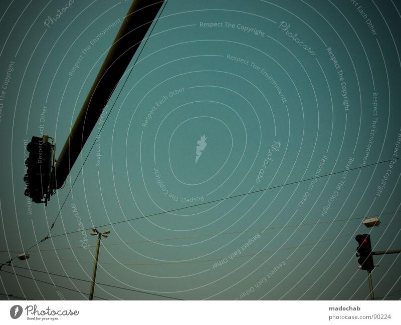RANDERSCHEINUNGEN Himmel Ampel Verkehr Lampe Laterne Straßenbeleuchtung streben graphisch Abend Straßenbahn Elektrizität Kraft blau sky traffic Metall