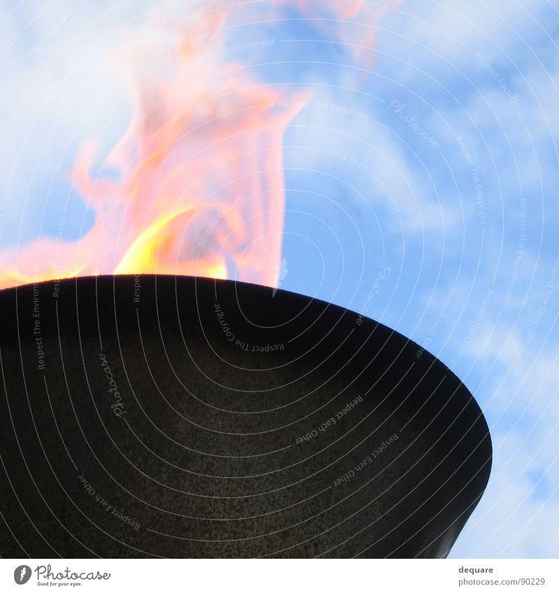 Feuerlampe Himmel blau Wolken Lampe Wärme hell Beleuchtung Brand Feuer obskur brennen anzünden entzünden