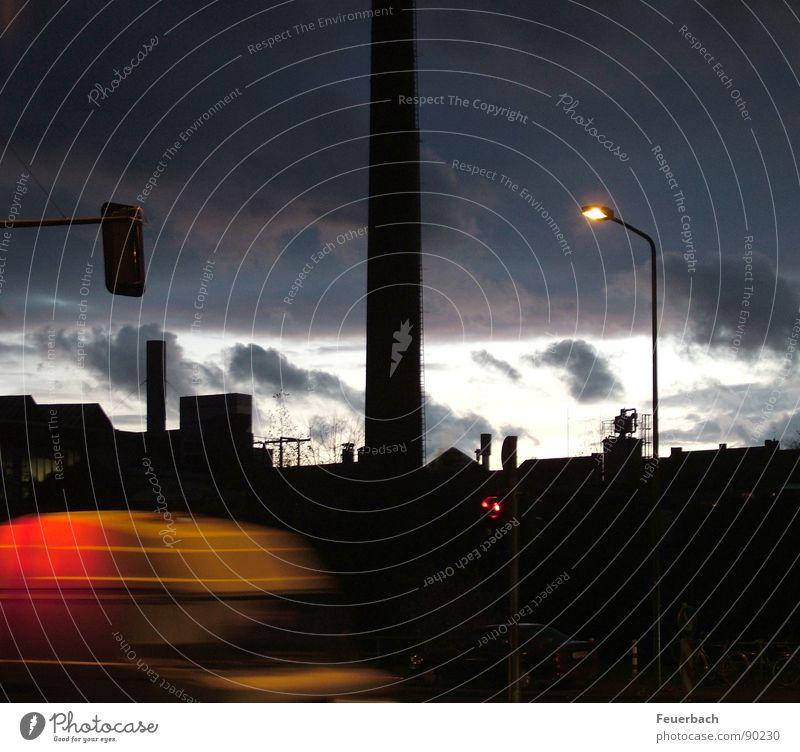 Schornstein und Huschendes vor Abendhimmel Farbfoto Außenaufnahme Licht Kontrast Langzeitbelichtung Fabrik Industrie Himmel Wolken Horizont Regen Gewitter