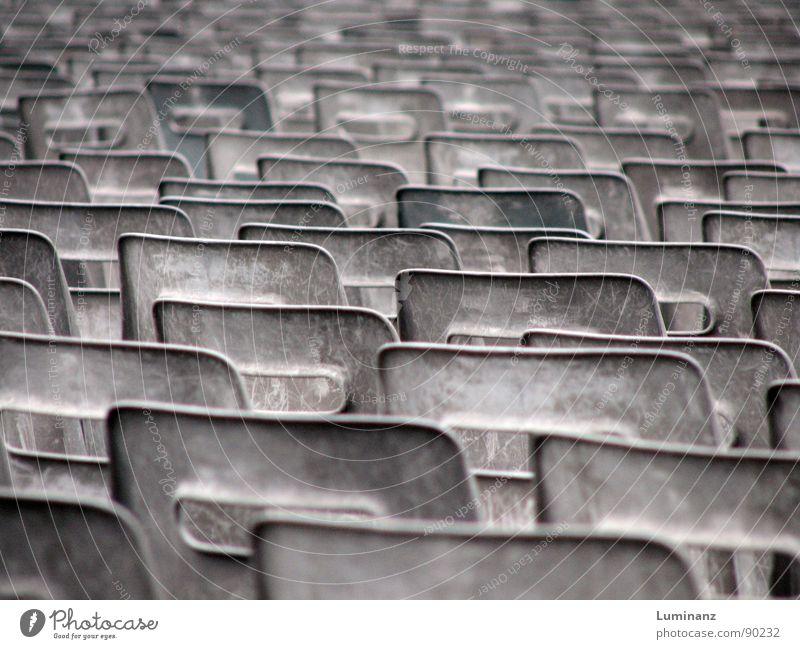 Stuhlwüste alt Einsamkeit grau Ordnung trist leer Möbel verfallen Reihe Statue Langeweile Sitzreihe Katholizismus Schrott einheitlich