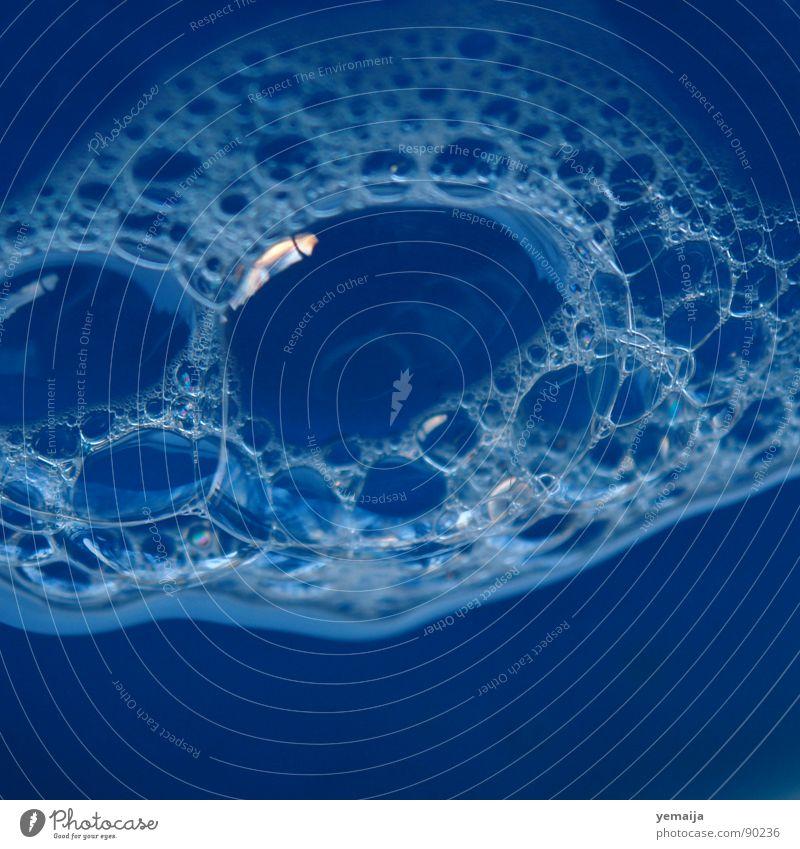 Vergänglichkeit Schaum Seife Seifenblase Flüssigkeit rund Makroaufnahme Nahaufnahme Blubbern Blase Wasser blau foam spieglung