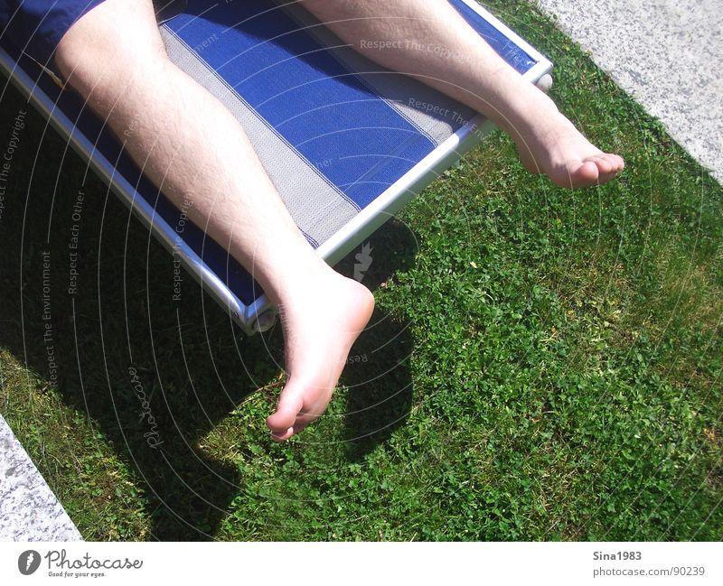 Purer Genuss Mann weiß Sonne grün blau Sommer Ferien & Urlaub & Reisen Farbe Erholung Wiese Mauer Fuß Beine Bodenbelag Liege