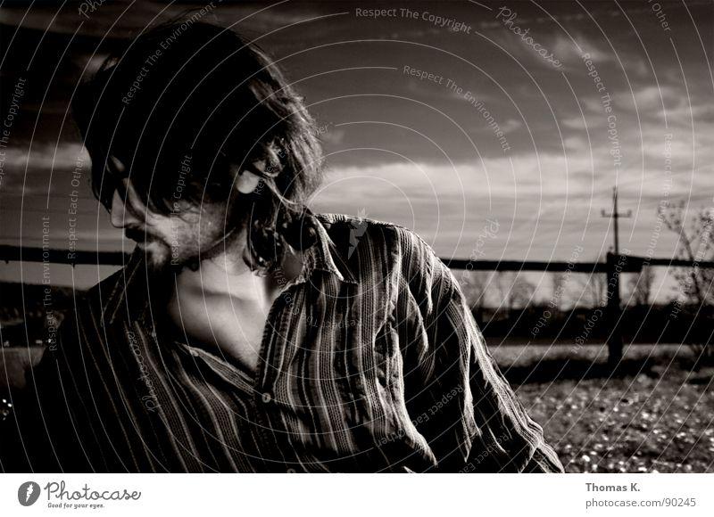 Vordergründiger Kompromiss Himmel weiß Wolken Wiese Gefühle Traurigkeit Hemd Partner Zaun Gesichtsausdruck Monochrom