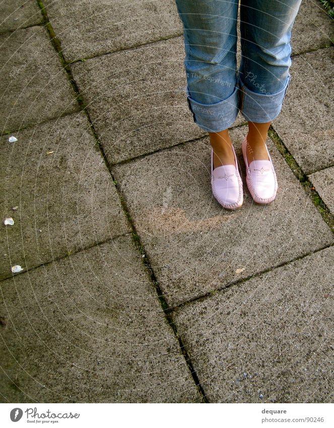 Angewurzelt Einsamkeit Stein Wege & Pfade Fuß Schuhe Beine rosa Bekleidung Jeanshose stehen Bodenbelag Hose standhaft Steinplatten Steinweg