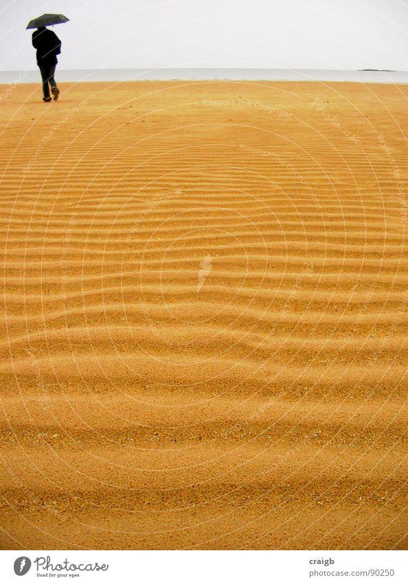 McBeachy ripples Strand Regenschirm Badestelle Meer Küste Frau Einsamkeit abgelegen abgehoben Gelassenheit einheitlich Trauer Verzweiflung Erde Sand rain
