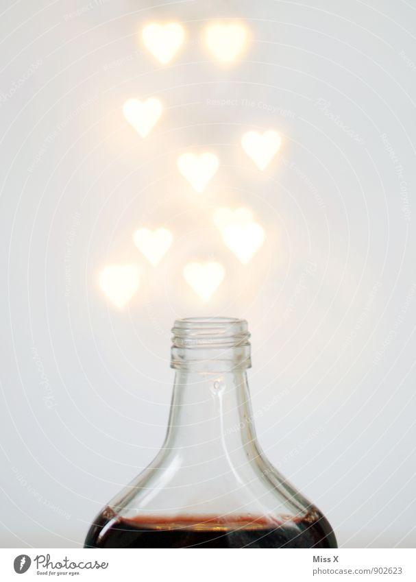 Zaubertrank Getränk Spirituosen Flasche Rauschmittel Alkohol trinken Glas Herz fliegen glänzend leuchten Gefühle Stimmung Liebe Verliebtheit Alkoholsucht