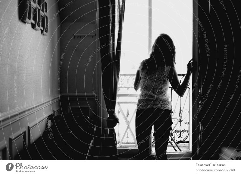 Gute Aussichten | 700. Bild Mensch Frau Jugendliche Stadt Junge Frau Haus 18-30 Jahre Erwachsene Wohnung Häusliches Leben warten beobachten Sehnsucht Hose Balkon brünett