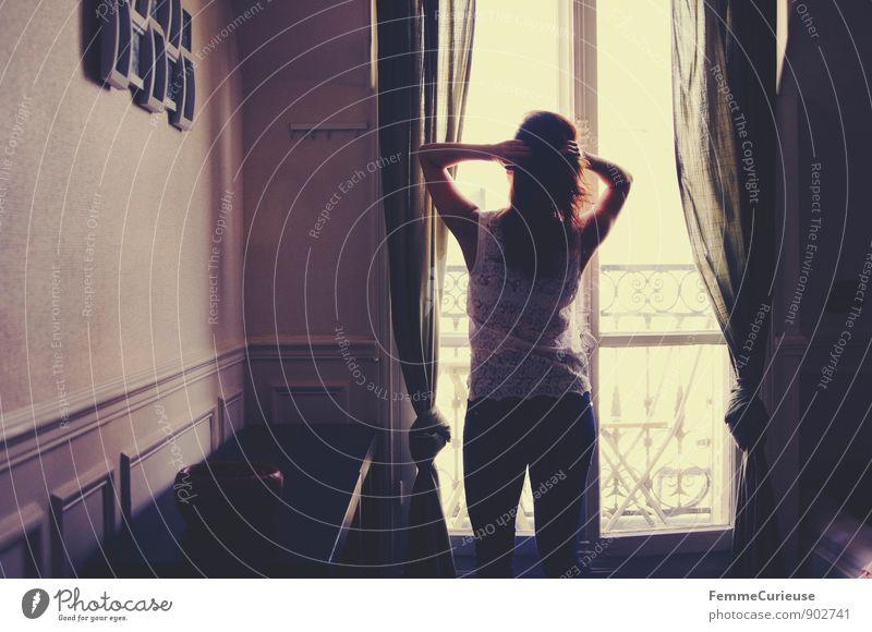 LaFrance_04 Mensch Frau Jugendliche Stadt Junge Frau Haus 18-30 Jahre Fenster Erwachsene feminin Idylle Sehnsucht Wohlgefühl brünett Paris Hauptstadt