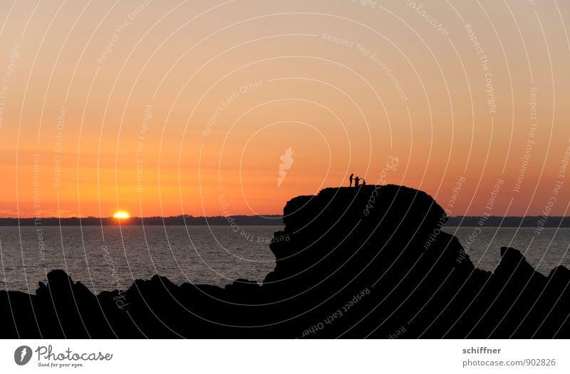 Sonnenstrahlenfischer Mensch 3 Menschengruppe Himmel Wolkenloser Himmel Horizont Sonnenaufgang Sonnenuntergang Schönes Wetter Felsen Wellen Küste Bucht Meer
