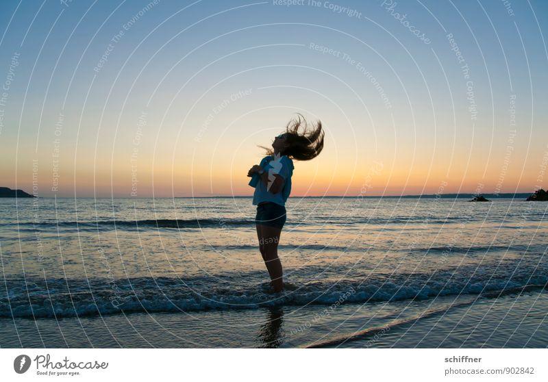 Gegenwind Mensch Mädchen Junge Frau Jugendliche Haare & Frisuren 1 8-13 Jahre Kind Kindheit dunkel schütteln Meer Küste Strand Wellen Sonnenuntergang