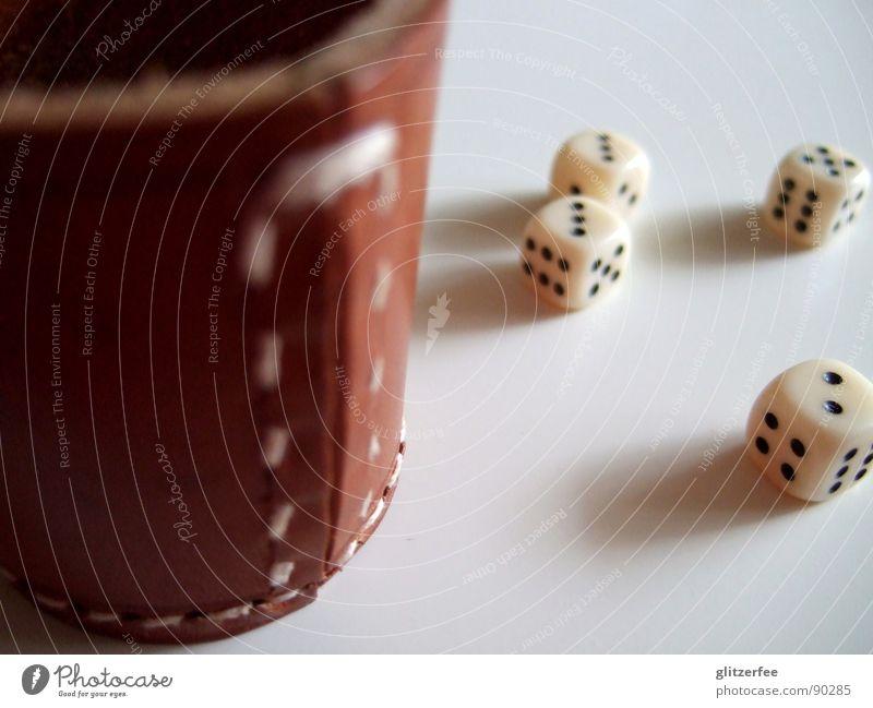 gewürfelt??? III weiß schwarz Spielen klein Glück Freizeit & Hobby Ziffern & Zahlen Würfel Sportveranstaltung Desaster Konkurrenz Leder Fee Naht Glücksspiel