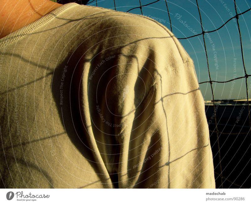 NETZHAUT III Oberkörper maskulin Mann Mensch Gitter Raster weiß abstrakt Sicherheit man boy Netz Schatten grid net shadow Arme T-Shirt