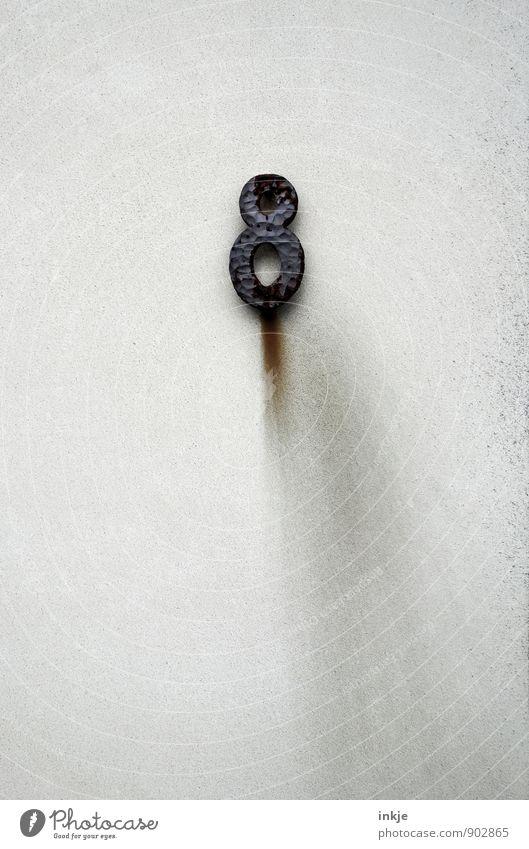 Apollo 8 Hausnummer Schmiedeeisen Beton Metall Rost Ziffern & Zahlen Streifen alt hängen dreckig grau schwarz Schmiererei Farbfoto Gedeckte Farben Außenaufnahme