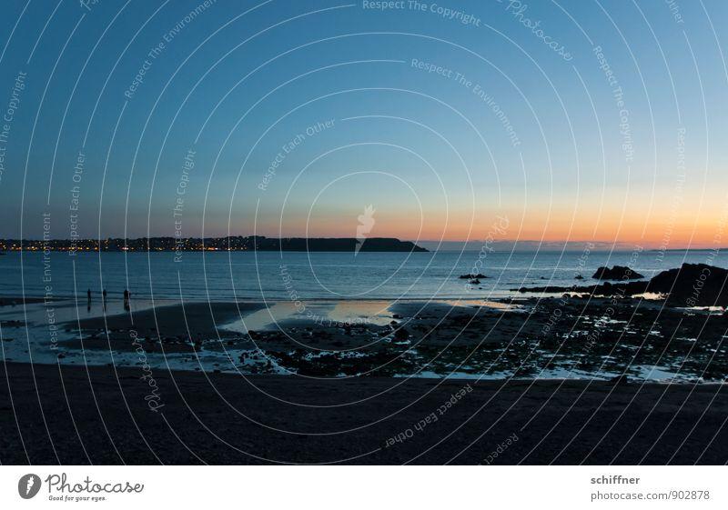 Strandfischer Mensch 3 Wolkenloser Himmel Sonnenaufgang Sonnenuntergang Sommer Schönes Wetter Felsen Küste Meer dunkel ruhig Horizont Ferien & Urlaub & Reisen