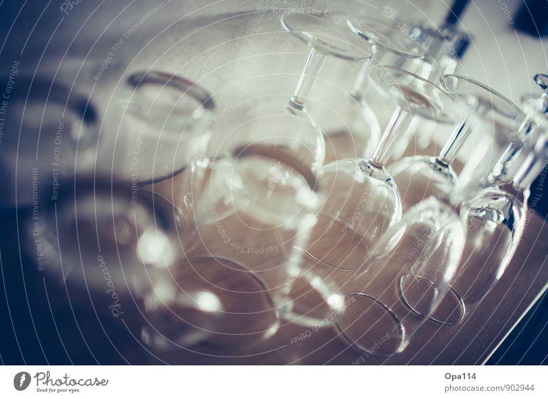 """Gläser Trinkwasser Geschirr Glas Sektglas Sammlung """"Regal Fach"""" Holz rund genießen """"Gläser umgedreht Trinken Getränk durchsichtig Spiegelung Reflexion"""" Farbfoto"""