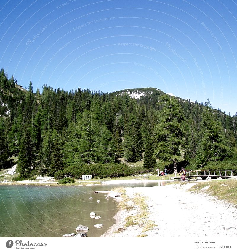 Auf die Berge, fertig, los! Himmel blau Wasser grün Baum Ferien & Urlaub & Reisen Strand ruhig Wiese Berge u. Gebirge Holz Sand Küste Stein See sitzen